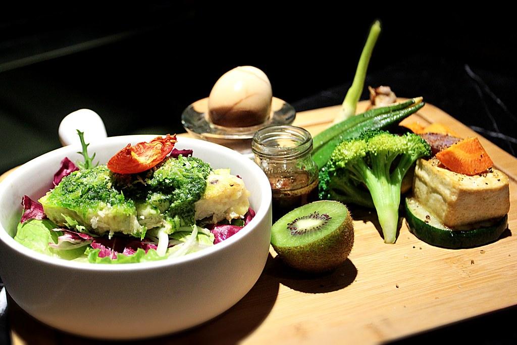 青醬烤旗魚沙拉,主餐是左邊那一盤,其他則是加成套餐部分,有各種蔬菜啊