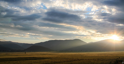 road morning sky cloud sun mountain field clouds sunrise landscape greek early top horizon hill overcast greece macedonia rays sunrays ontheroad sunup tentacles στο odos ελλάδα ozric τοπίο βουνό egnatia kozani ptolemaida όρη αυγή πρωί πρωινό σύννεφο κοζάνη δρόμο βουνά ουρανόσ μακεδονία λόφοσ όροσ πτολεμαιδα συννεφιά ορίζοντασ ακτίνεσ πεδιάδα νωρίσ υψίπεδο λξ