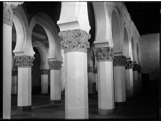 Sinagoga de Santa María la Blanca de Toledo hacia 1920. Fotografía de Enrique Guinea Maquíbar © Archivo Municipal de Vitoria-Gasteiz
