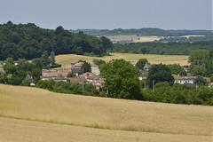 Le village de Champagne après un vaste champ de blé