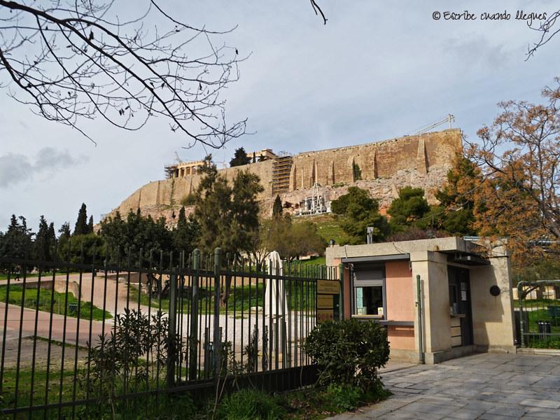 Puerta de acceso al recinto de la Acrópolis de Atenas ubicada al lado del Teatro de Dionisio (entrada sureste o secundaria), cerca del Metro Akropoli