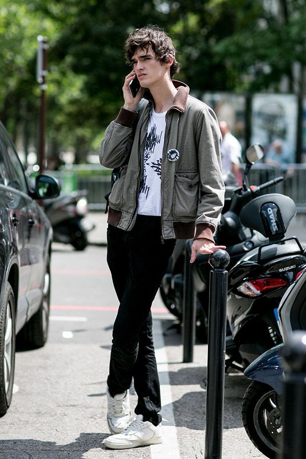 グレータンカースブルゾン×白Tシャツ×黒パンツ×白スニーカー