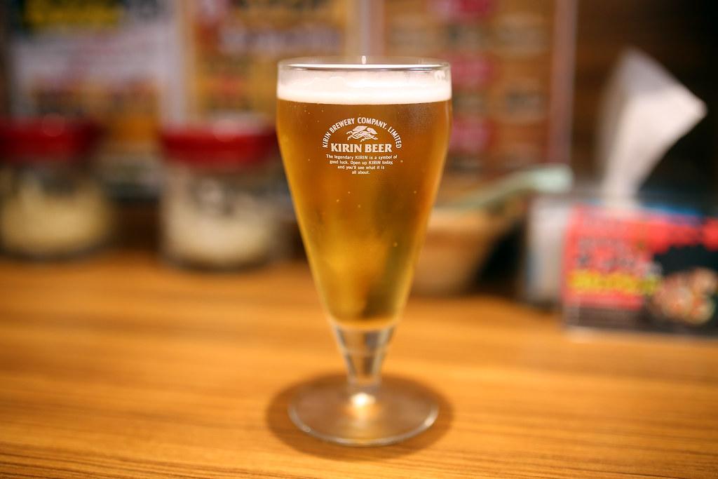 KIRIN BEER 新宿, Shinjuku, Japan / Sigma 35mm / Canon 6D 離開蚤之市後回到新宿,這裡是我這次旅行的轉運點,我要去的地方大部分都回到這裡跳轉。大江戶線、丸之內線這兩條其實就可以跑遍東京東西兩側。  這間拉麵店之前在御茶ノ水附近吃過,印象就是很鹹,但就是還會想再吃一次!  啤酒說特價,那我就點一杯來喝,雖然那時候才下午三點的樣子,但不管了!喝一杯放鬆一下!  Canon 6D Sigma 35mm F1.4 DG HSM Art Photo by Toomore