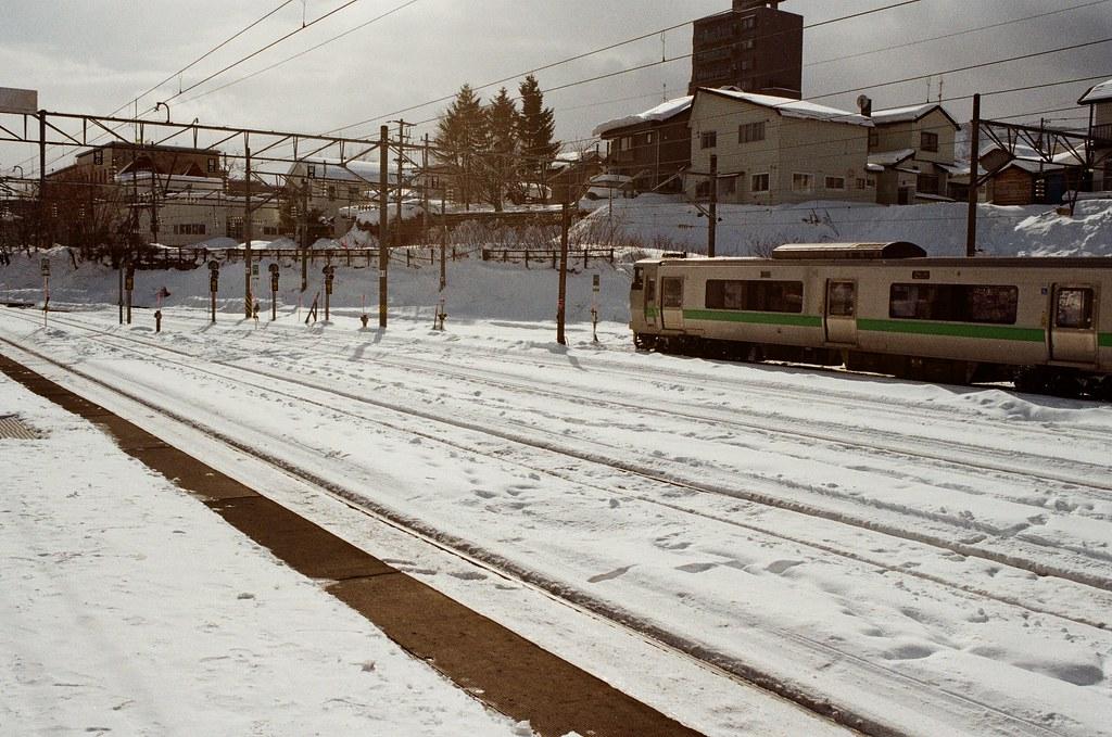 小樽駅 Otaru, Japan / Kodak ColorPlus / Nikon FM2 到了小樽車站,但在月台上停留了一下,反正不趕時間,慢慢的環視月台周遭的景色。  只有鐵軌的地方光溜溜的,其他的都被雪給覆蓋住了!  Nikon FM2 Nikon AI AF Nikkor 35mm F/2D Kodak ColorPlus ISO200 8268-0025 2016/02/02 Photo by Toomore