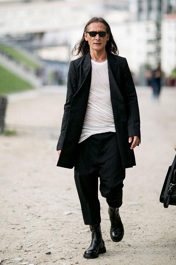 黒チェスターコート×白無地Tシャツ×黒クロップドパンツ×黒ブーツ