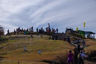 登山客で賑わう陣馬山・白馬のモニュメント