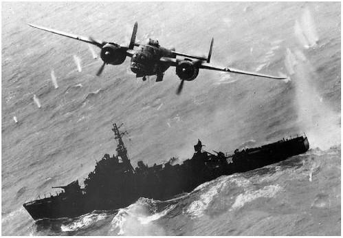 B-25J-5-NC-Mitchell-Ruthless-Ruth-43-28014-in-actie-tegen-de-Tokai-Maru