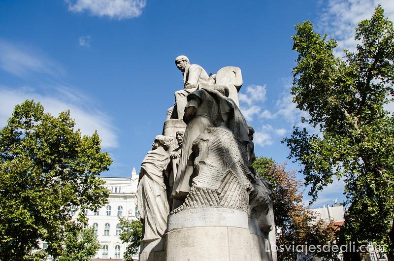 calles de Budapest estatuas
