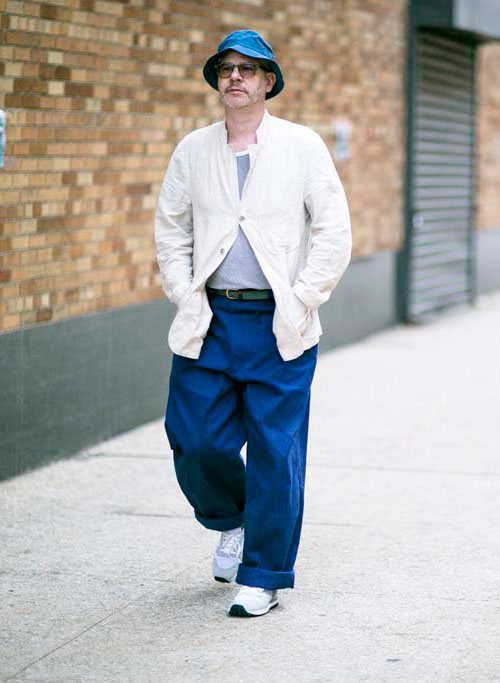 デニムハット×白ワークジャケット紺ワイドパンツ