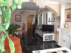 Gran salón comedor con terraza acristalada, totalmente reformado, muy soleado. Solicite más información a su inmobiliaria de confianza en Benidorm  www.inmobiliariabenidorm.com