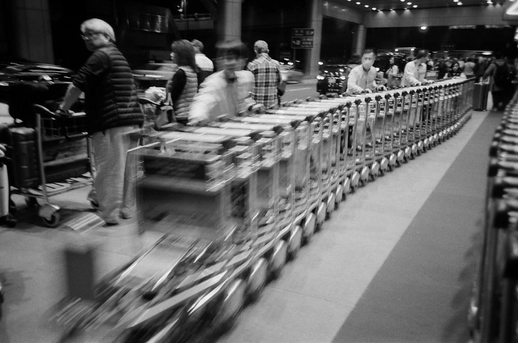 桃園國際機場 TPE / Lomo LC-A+ 2015/12/08 這一天晚上我在桃園機場流浪,好怕自己又買張機票飛去日本,雖然經過香草航空的時候有點衝動!朋友早上要飛往泰國,想說前一天晚上就先來桃園機場拍照,用黑白和 Lomo LC-A+ 拍晚上的機場。  Lomo LC-A+ Kodak TRI-X 400 / 400TX 4780-0013 Photo by Toomore