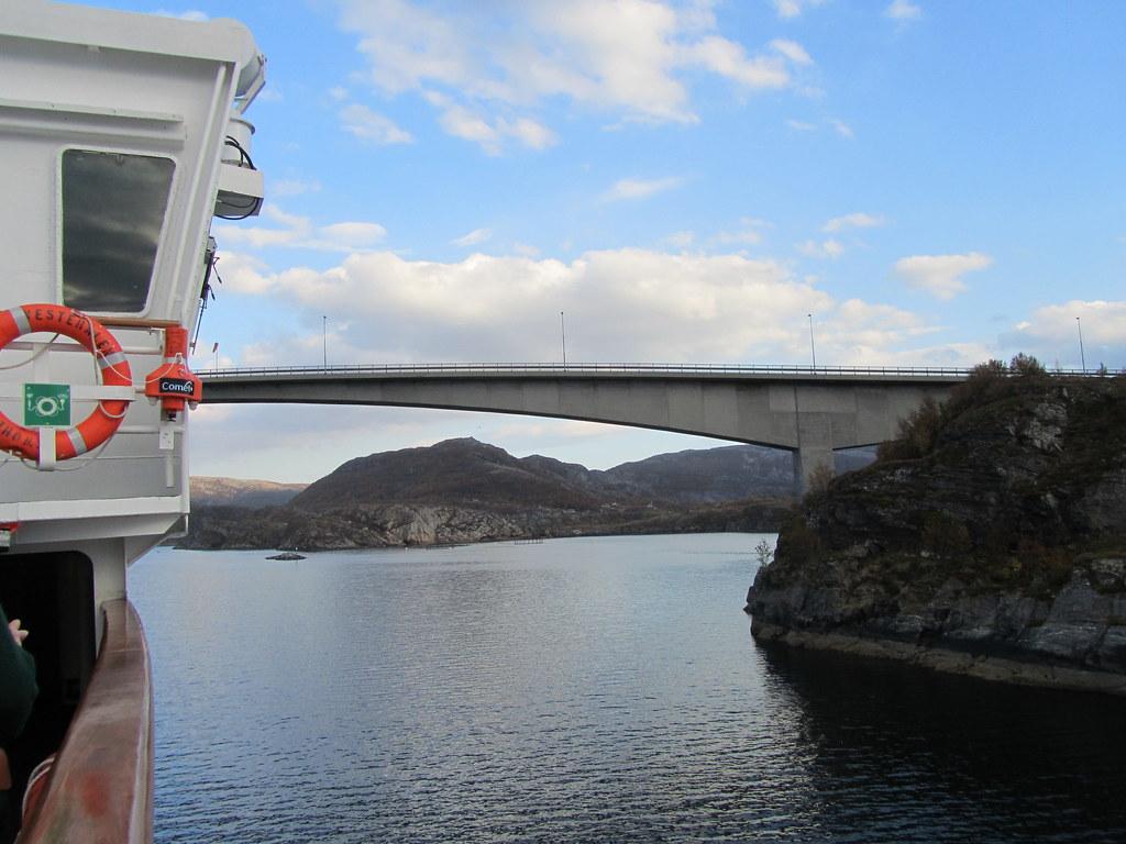 Paso estrecho con el Hurtigruten MV Vesteralen
