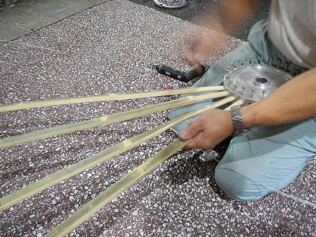 竹を芯に入れる