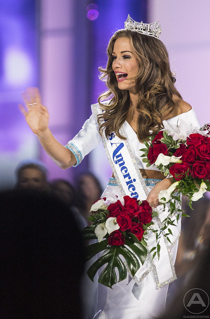 2016 Miss America Betty Cantrell greets her fans