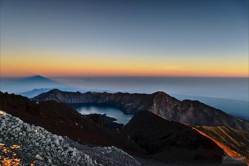 blue mountain berg sunrise indonesia landscape volcano haze nevel blauw lombok indonesie landschap vulkaan zonsopkomst mountrinjani sembalun craterridge