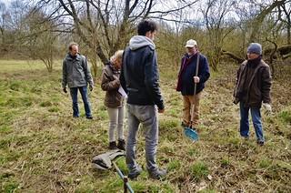 De vrijwilligers luisteren naar de biologen voor instructies