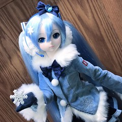 Fluffy coat set!!! I ❤️my Snow Miku! #dollfiedream #snowmiku #hatsunemiku #volks #bjd #dollphotography #miku