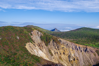 中央奥の尖った旭岳、左になだらか三本槍岳@朝日岳