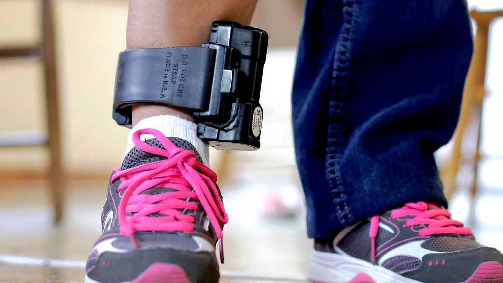 Senado aprova projeto que obriga preso a pagar por uso de tornozeleira , tornozeleira