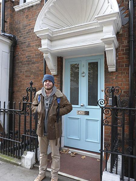 paul devant la porte bleue