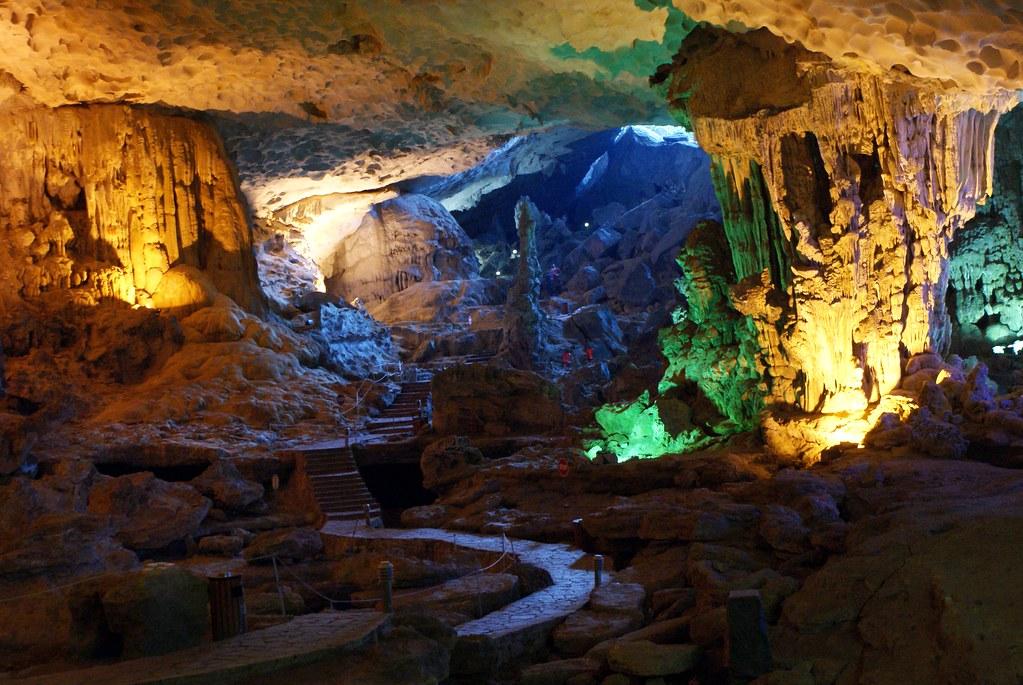 > Dans une grotte fantastique de la baie d'Halong au Vietnam.