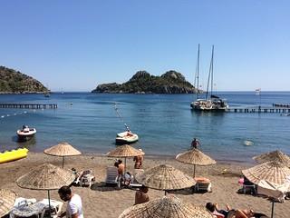 Çiftlik Koyu 海滩与 680 米的长度 的形象.
