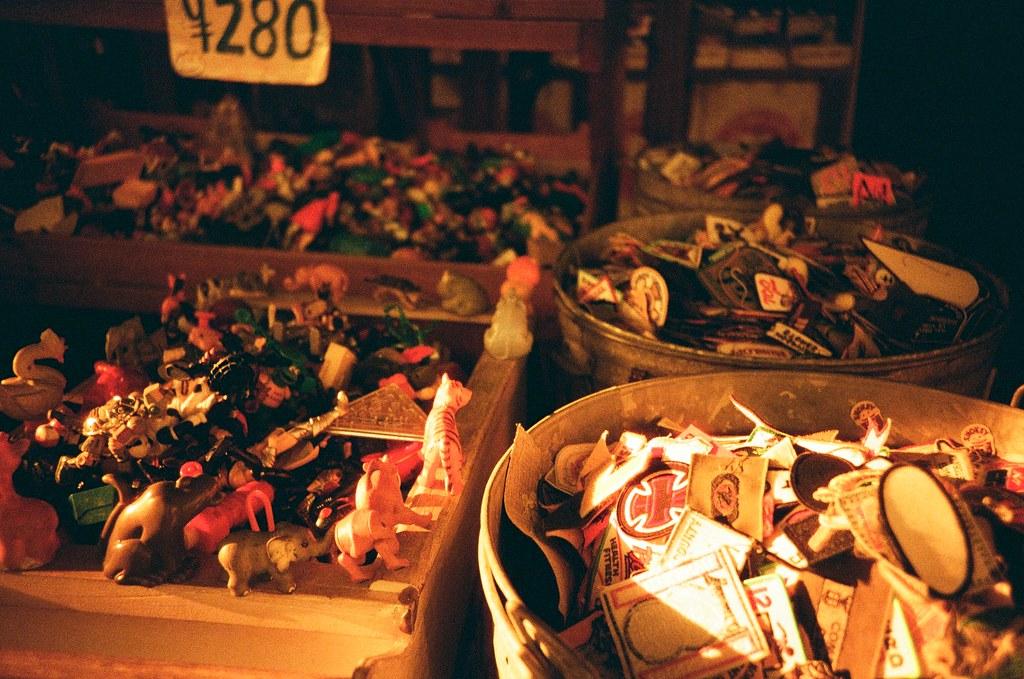 美國村 Okinawa / Lomo LC-A+ 2015/10/27 美國村有店家賣很多小玩偶,之前來的時候好像只有一小區,這是去變一大區,是因為滯銷嗎?  我舀了一把起來看看有沒有我想要的!  這卷 Lomo 底片拍出來效果很酷!有點末日風格的感覺,如果在末日前還在日本的話,我願意!!  Lomo LC-A+ Lomography Redscale XR 50-200 35mm 2506-0020 Photo by Toomore