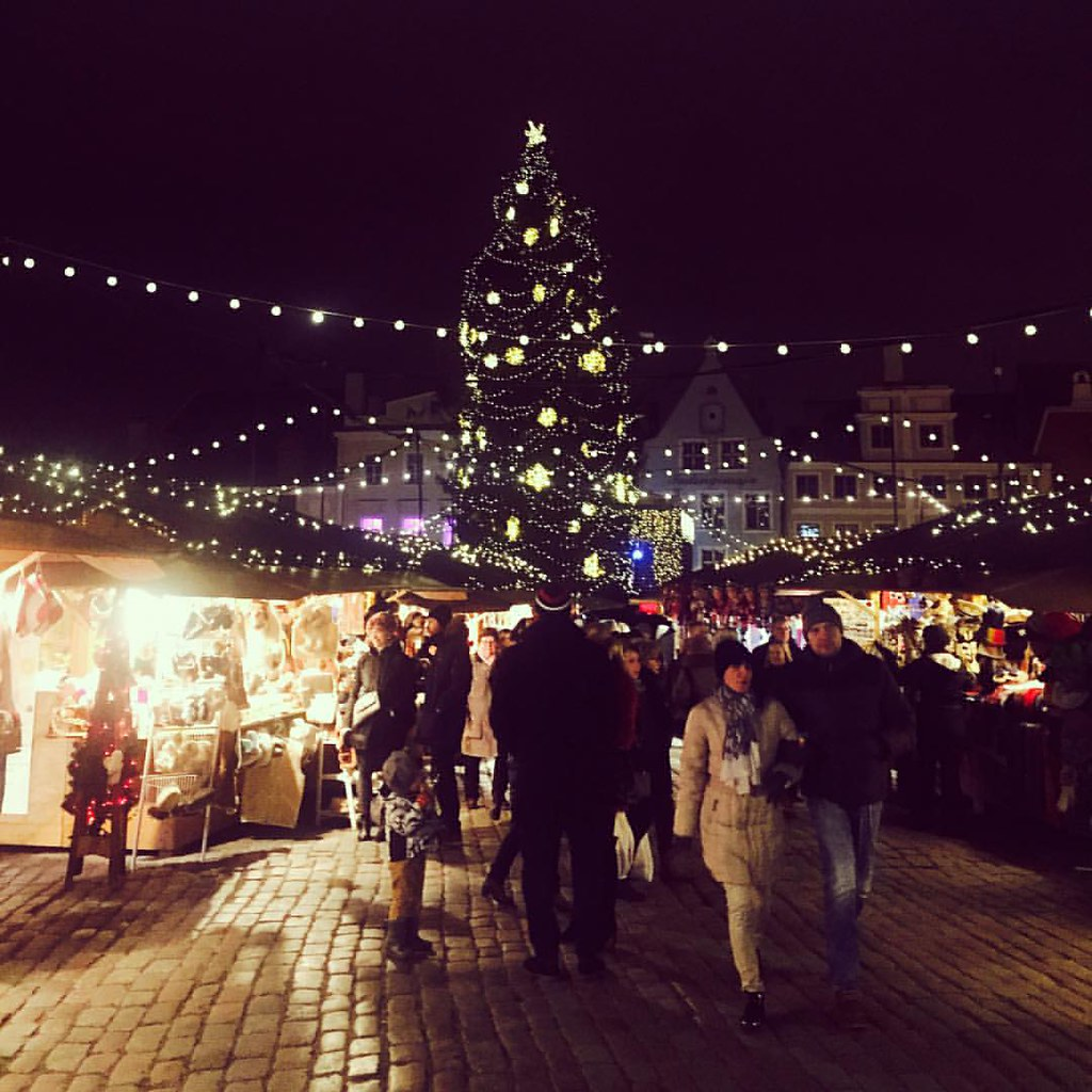 The fairytale atmosphere of the Tallinn Christmas market at nighttime. You wanna go, don't you? We certainly do, even though we just visited... #tallinna #tallinn #tallinnoldtown #oldtown #townhallsquare #christmasmarket #pariskunnanmatkablogi #hemmottelu