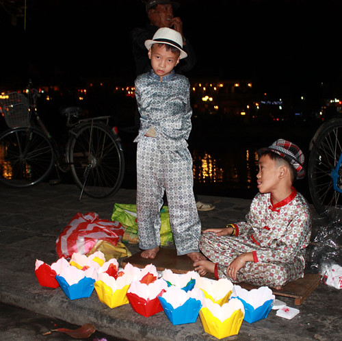20140310_1250-Hoi-An-lantern-sellers-cropped-w