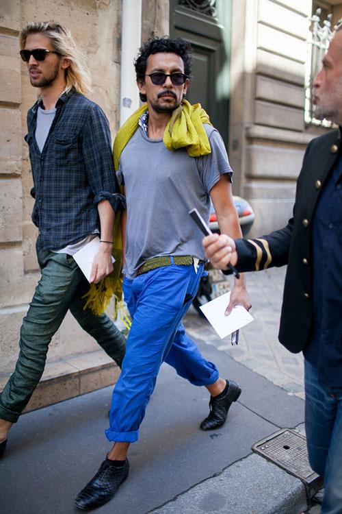 無地グレーTシャツ×ブルーカラーパンツ×黒オックスフォードシューズ