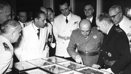 Franco inaugurando el Instituto Nacional de Investigación y Tecnología Agraria y Alimentaria en 1954