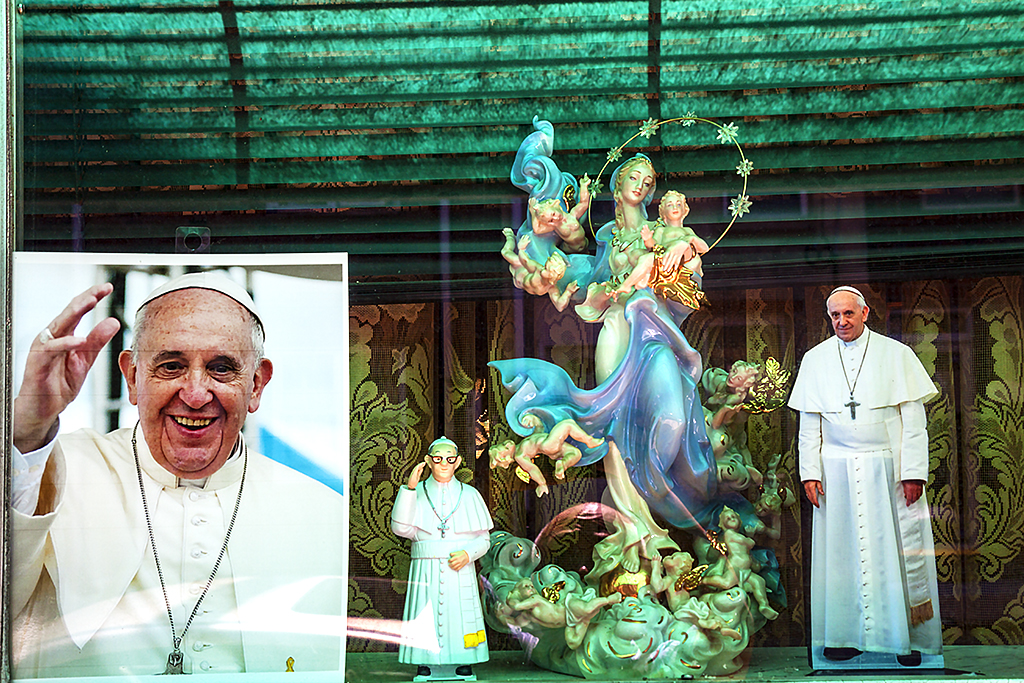 Images of Pope Francis in window on 9-18-15--South Philly