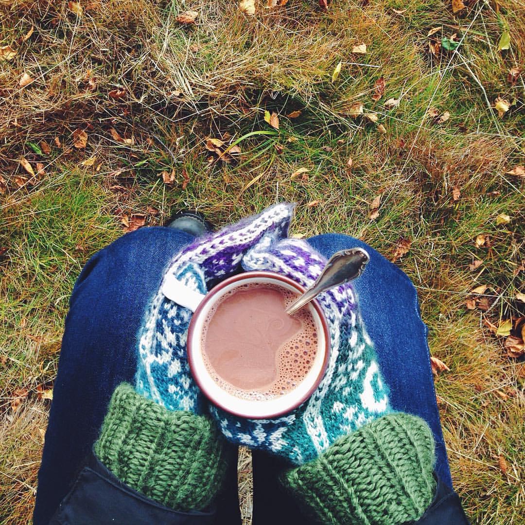 drikk varm kakao ved stølen i valdres. ute på ei steinhelle i solgløtt med sjølvstrikka genser og gamle vottar (frå @myldretid!) 🍂☕️