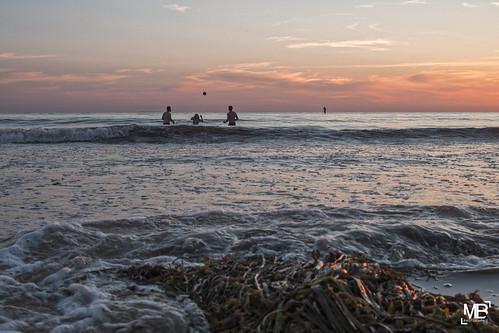 sunset mer france beach vacances ballon bain normandie paysage plage coucherdesoleil algues jeux 2015 summiluxm35mmf14asph télémètre leicamtype240
