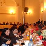 Tischreihe mit Gästen, links hinten an den Tischen sitzt die Dorfobrigkeit.