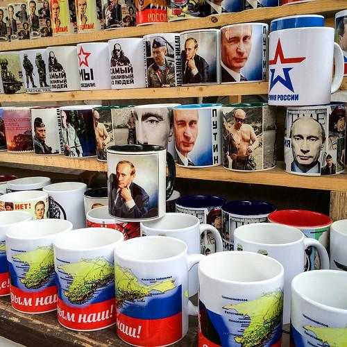 Putin mugs at Izmailovsky flea market, Moscow, Russia モスクワ、ヴェルニサージュ(蚤の市)のプーチンマグカップ