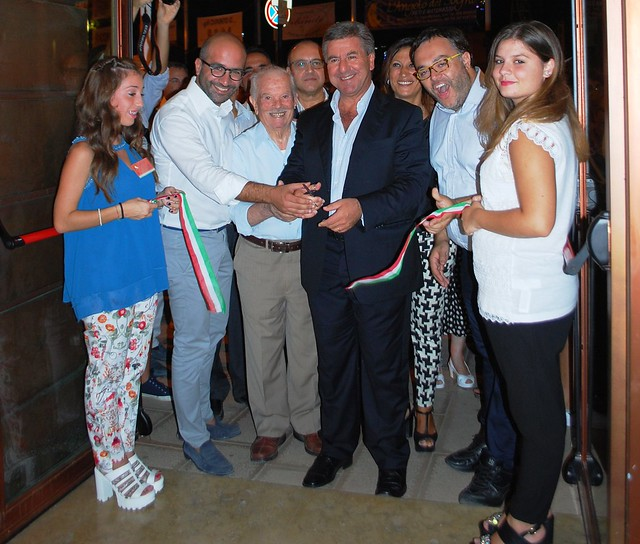 Rutigliano-Il taglio del nastro inaugurale della mostra da parte del sindaco Romagno e dell'assessore metropolitano Giuseppe Valenzano