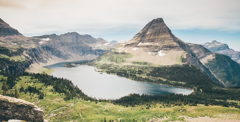 Hidden Lake, its colours and its mountain peak