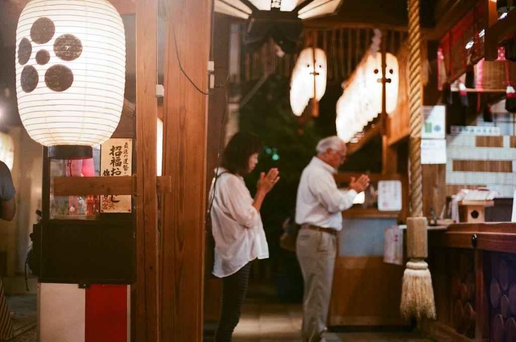 錦天滿宮 寺町通 京都 Kyoto 2015/09/23 那時候我坐在旁邊休息,但是相機還是繼續對著前方,等到一個好一點的畫面就拍起來!  我記得我第一次來的時候好像沒有參拜,後來再經過的時候想起沒參拜的事情後,就趕快補參拜!  Nikon FM2 Nikon AI Nikkor 50mm f/1.4S AGFA VISTAPlus ISO400 0949-0009 Photo by Toomore