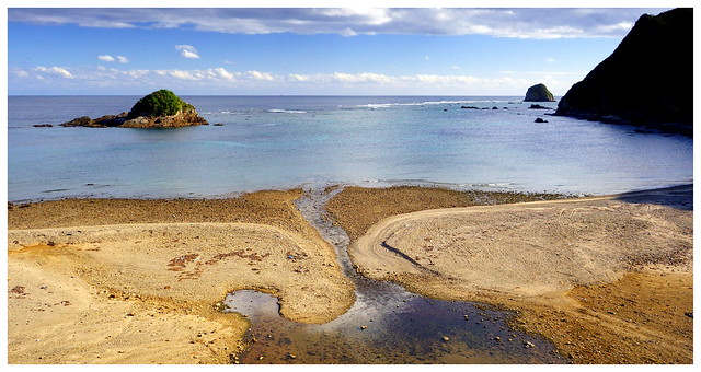 THE EVER-CHANGING PATTERNS OF THE SHORE-LINE AT TENIYA BEACH