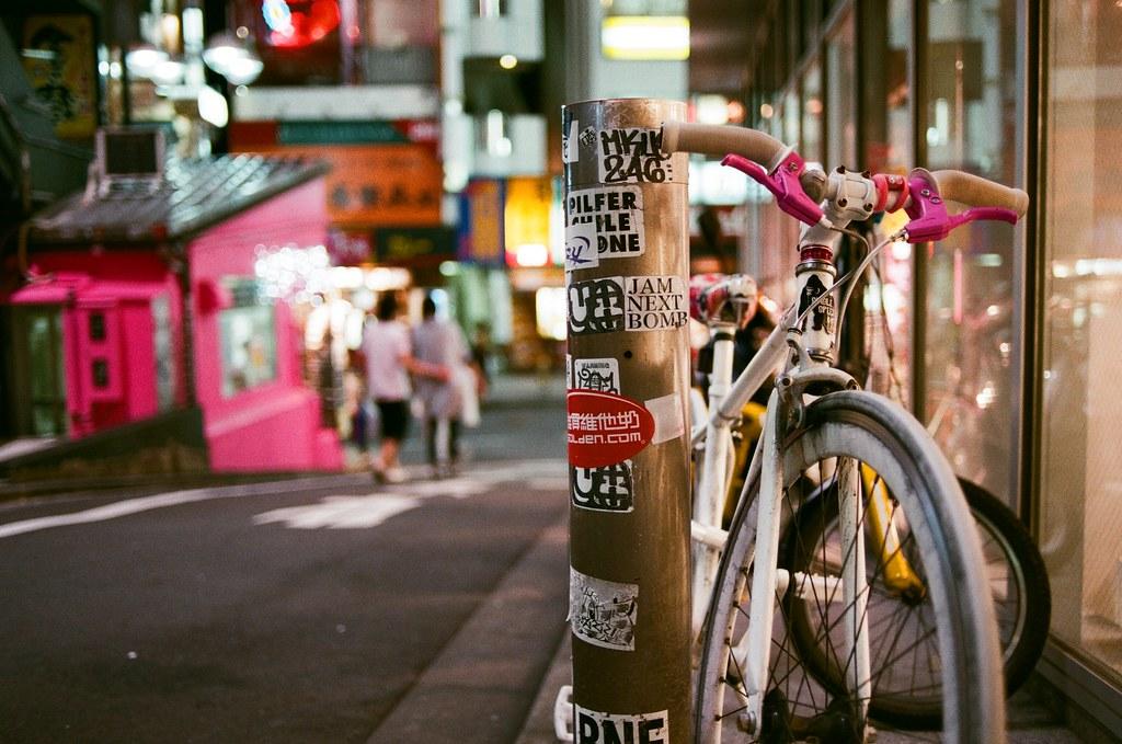 渋谷 斜坡 販賣機 Tokyo 2015/10/02 斜坡的旁邊停一台很華麗的腳踏車。   Nikon FM2 Nikon AI AF Nikkor 35mm F/2D AGFA VISTAPlus ISO400 0998-0010 Photo by Toomore