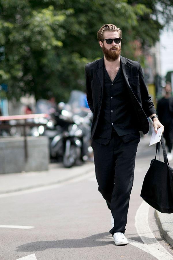 黒スーツ×黒開襟シャツ×白ローカットスニーカー