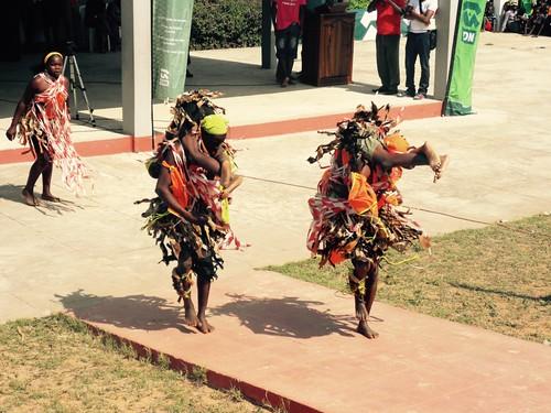 Timbilafestivaalilla Zavalassa eräs tanssijoiden ohjelmanumeroista muistutti eukonkantoa.