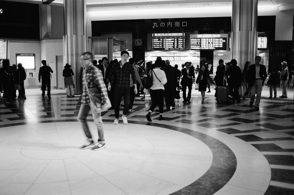 丸之內 東京車站 東京 Tokyo 2015/10/05 丸之內大廳口,人來人往。我站在一個角落拍照。  Nikon FM2 Nikon AI AF Nikkor 35mm F/2D Kodak TRI-X 400 / 400TX 1275-0034 Photo by Toomore
