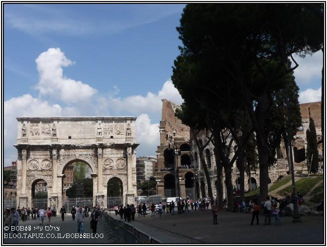 קשת קונסטנטינוס לצד הקולוסאום ב- רומא