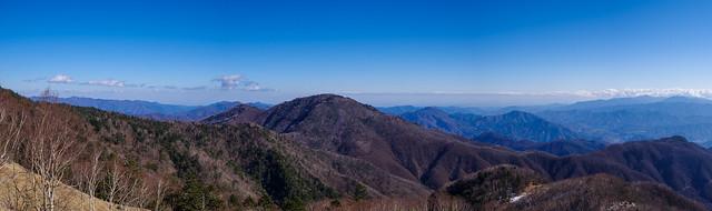 雁ヶ腹摺山と背後の奥多摩・丹沢の山々@直下の展望ポイント