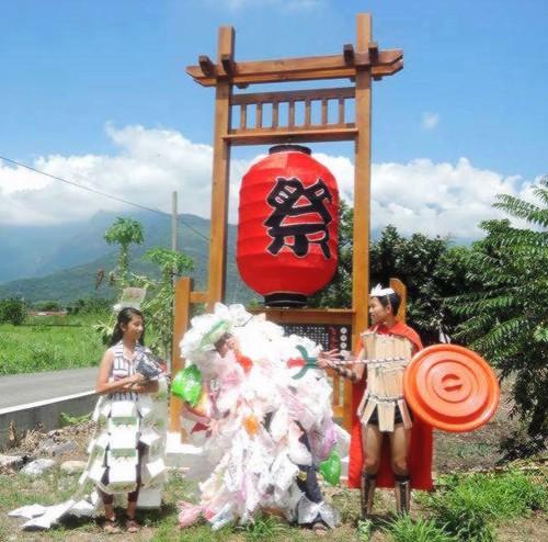 「塑膠袋男鬼」、「衛生筷王子」與「紙餐盒公主」現身「菸樓迷路・百鬼夜行祭」。(北林三村社區發展協會提供)