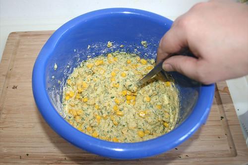 36 - Maiskörner unterheben / Stir in corn