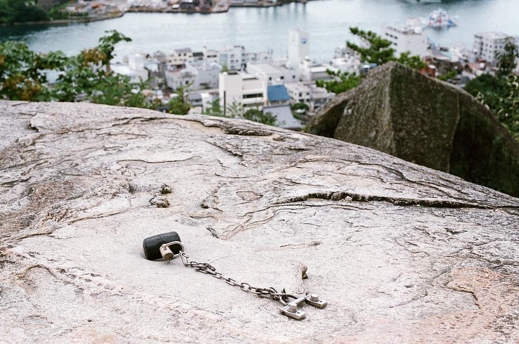 有鼓岩 千光寺 尾道 おのみち Onomichi, Hiroshima 2015/08/30 有鼓岩-用槌子敲打石頭,會發出鼓聲 ... 可是我聽不出來。  Nikon FM2 / 50mm AGFA VISTAPlus ISO400 Photo by Toomore