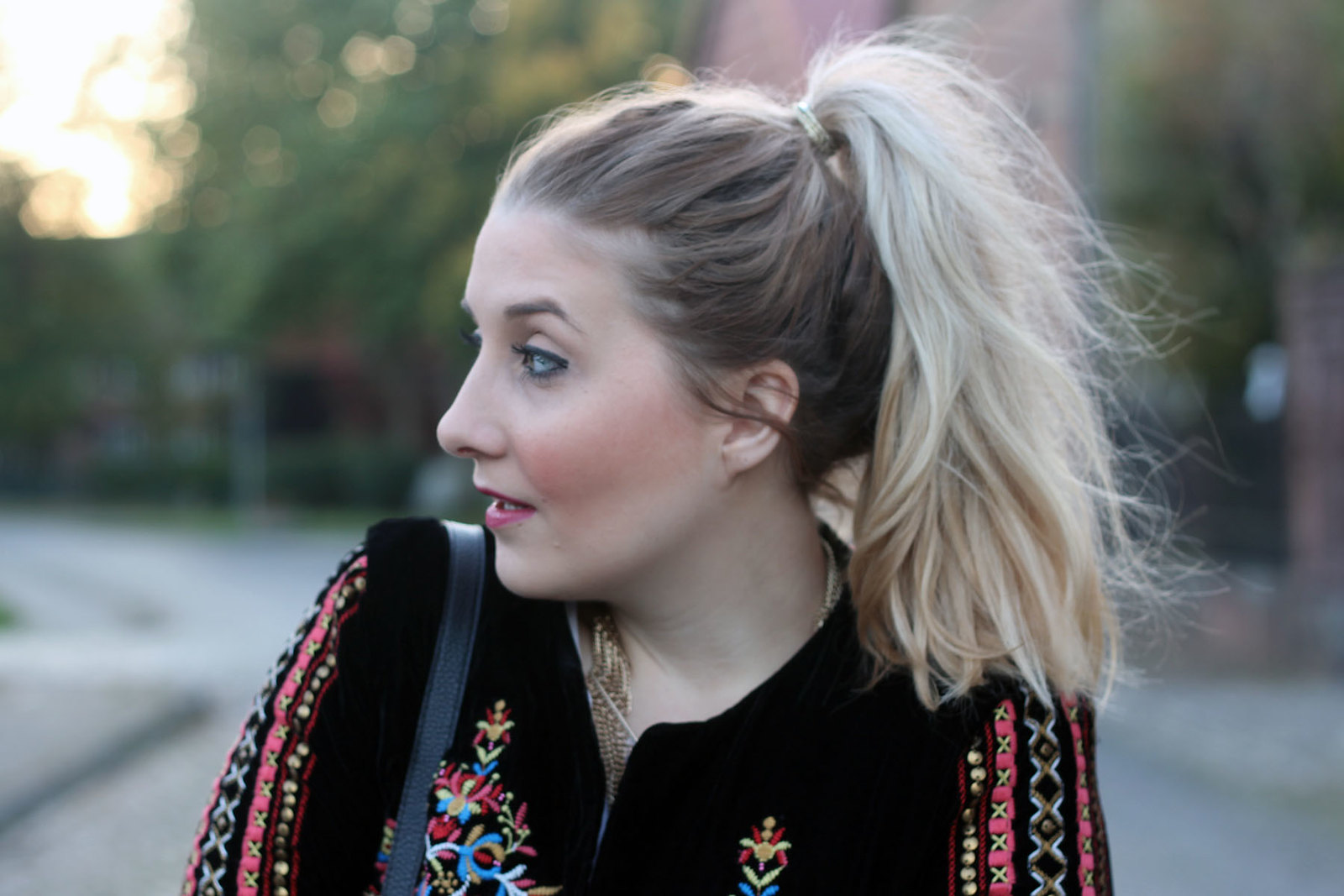 outfit-modeblog-zara-schwarze-jeans-fransenboots-frisur-trend-modeblogger-fashionblogger
